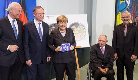 Praesentation_der_2-Euromuenze_durch_Merkel-Weil_und_Schaeuble-Foto_Bundesregierung-Steffen_Kugler-e4ae8054