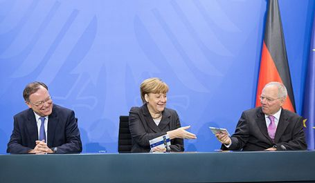 Weil-Merkel-Schaeuble_bei_der_Vorstellung_der_2-Euromünze_Foto_Bundesregierung-Steffen_Kugler-e12d8173