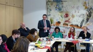 Staatssekretär Michael Rüter begrüßt die Gäste der Universität Hildesheim, darunter Prof. Wolfgang Schneider