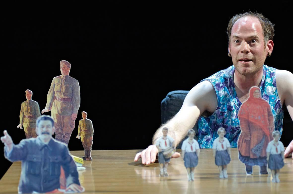 """Foto: Janko Kahle in """"Vom Ende des roten Menschen"""", Schauspiel Hannover, 2009."""
