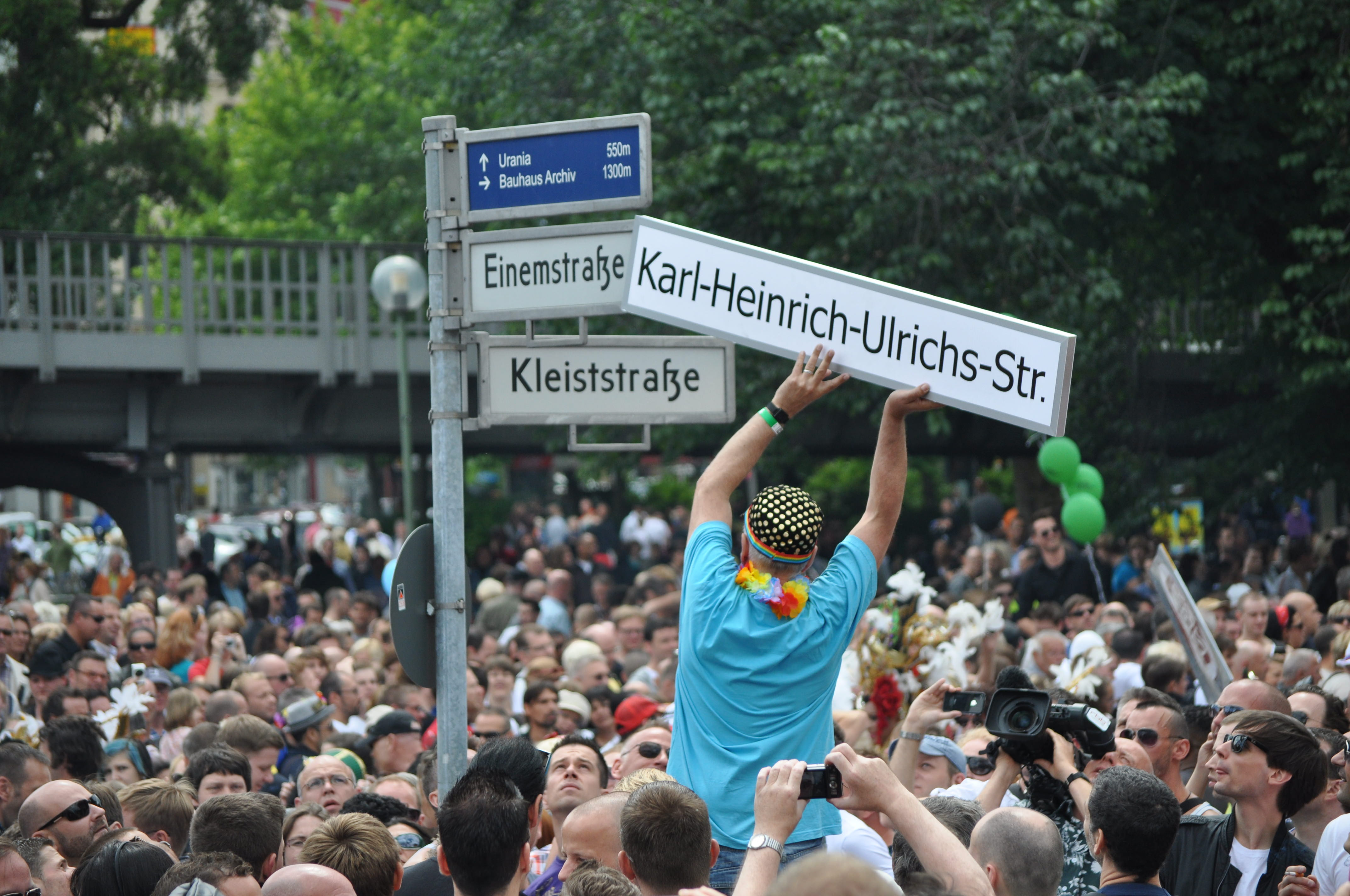 Die Einemstraße in Berlin wurde im vorigen Jahr in Karl-Heinrich-Ulrichs-Straße umbenannt – in Würdigung des Kampfes dieses mutigen Juristen gegen die Ausgrenzung Homosexueller.