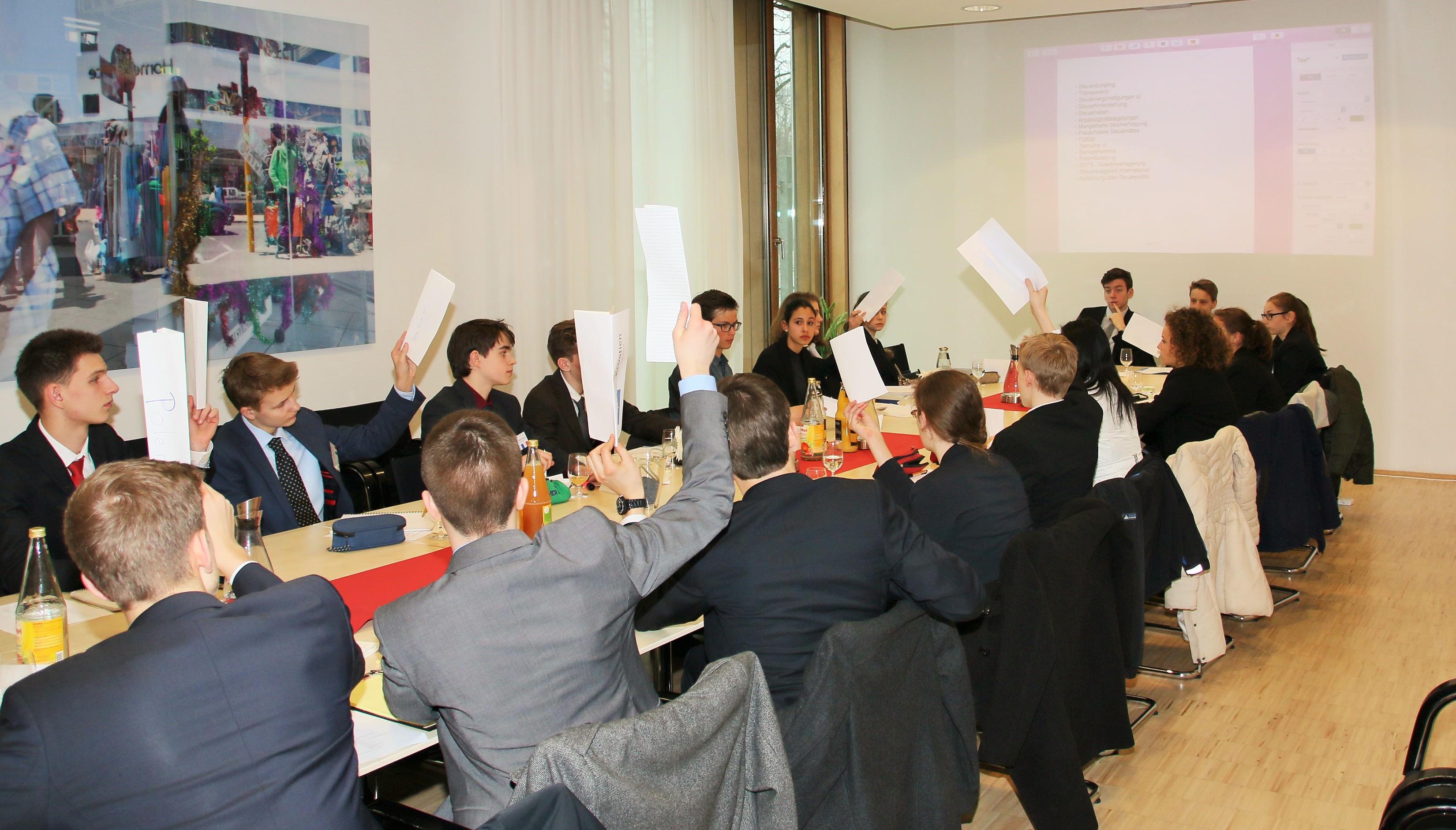 Schüler simulieren Europapolitik: Abstimmung in der Sitzung des MEP-Ausschusses in der Vertretung des Landes Niedersachsen. Foto: Heitmann