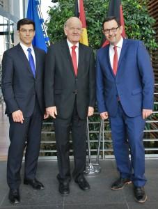 Staatssekretär Michael Rüter begrüßt S.E. José Joaquín Chaverri Sievert (Mitte)
