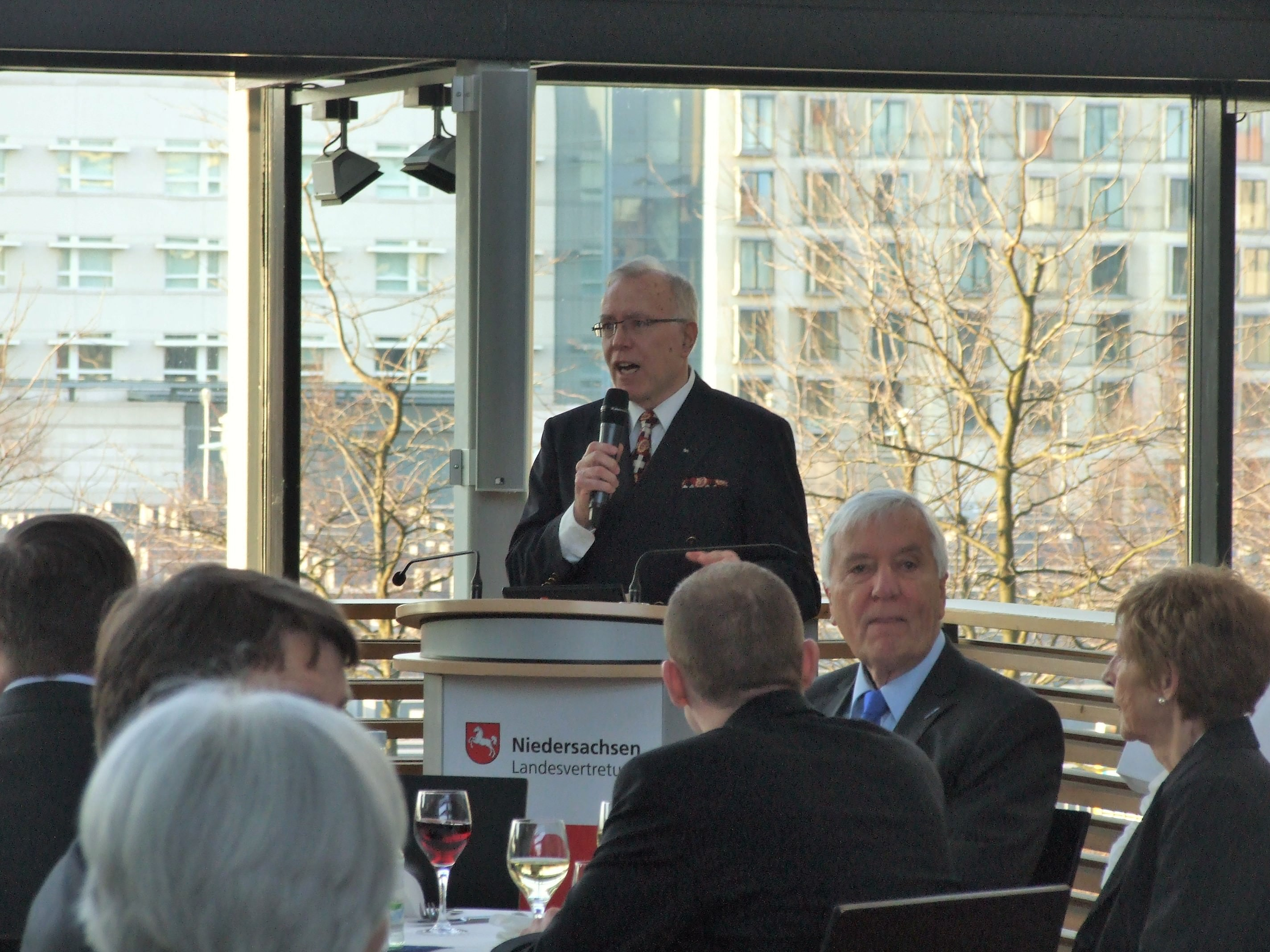 Hans-Ullrich Kammeyer begrüßt Ingenieure zum Länderabend