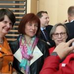 Drei Parlamentarische auf einem Smartphone (v.l.) Dr. Maria Flachsbarth, Caren Marks und Gabriele Lösekrug-Möller