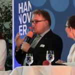 Regionspräsident Hauke Jagau mit Bürgermeisterin Ramona Schumann aus Pattensen (rechts) und der Moderatorin