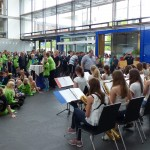 Sportler und junge Musiker im Foyer der Landesvertretung