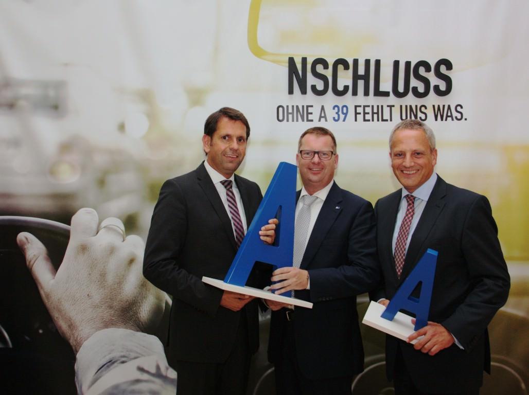 Wirtschaftsminister Olaf Lies, IHK-Präsident Olaf Kahle und Hauptgeschäftsführer Michael Zeinert posieren für die A 39