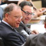 Stephan Weil und Michael Rüter blicken zur Nachbarbank der Nordrhein-Westfalen